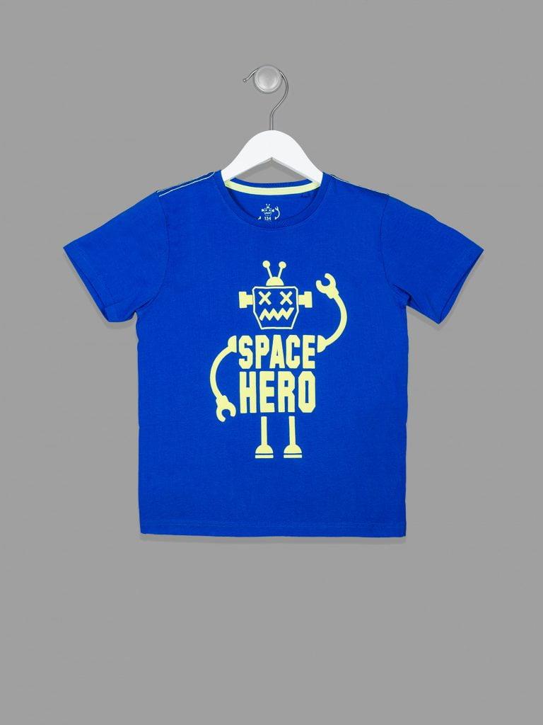 T-shirt chłopięcy - tutaj także przykład ubrania fotografowanego na wieszaku.
