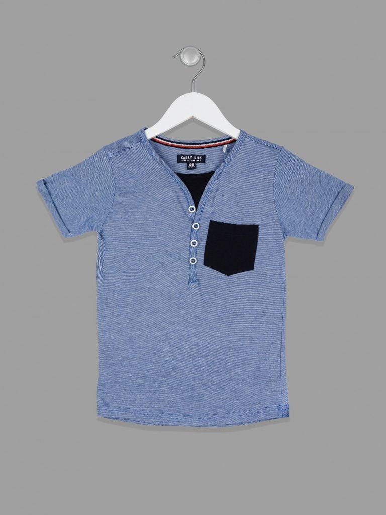 Koszulka polo - ubranko zostało sfotografowane na wieszaku.